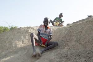 Ein Kinderzimmer voller Spielzeug? Das gibt es in der Turkana nicht. Gespielt wird trotzdem: mit Stoecken und Steinchen, Verstecken oder ?Schlittenfahren?. Auf Sand rutscht es sich aehnlich gut wie auf Schnee. Als ?Schlitten? dient ein altes Stueck Plastik.